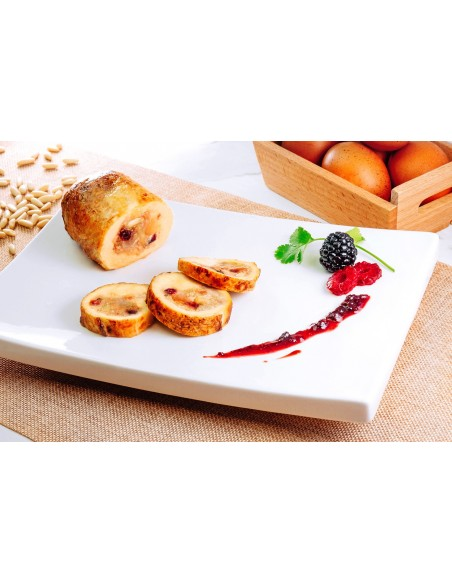 Capon stuffed with red berries and pine kernels
