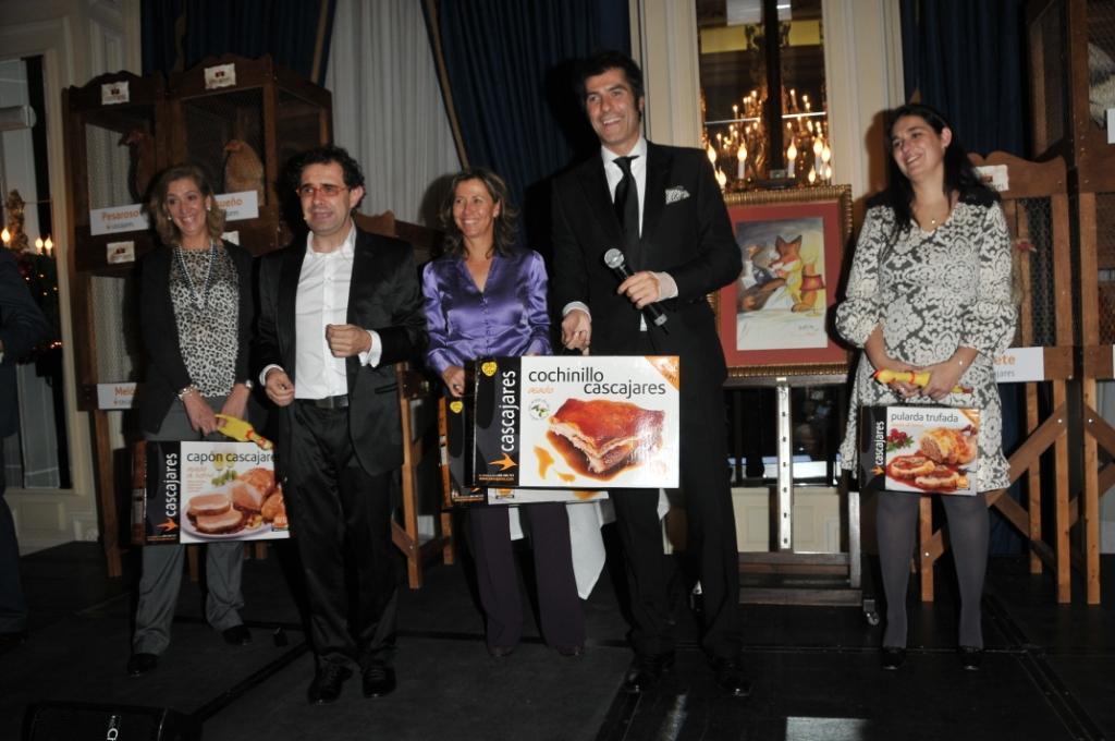 Jorge Fernández y el Mago More repartiendo los regalos de Cascajares