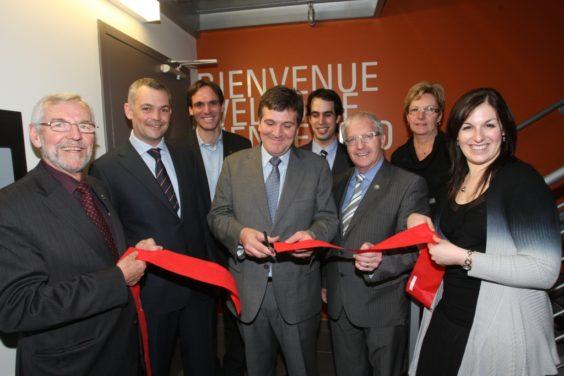 Preciso momento en el que Alfonso Jiménez corta la cinta de inauguración de la nueva fábrica de Cascajares en Canadá