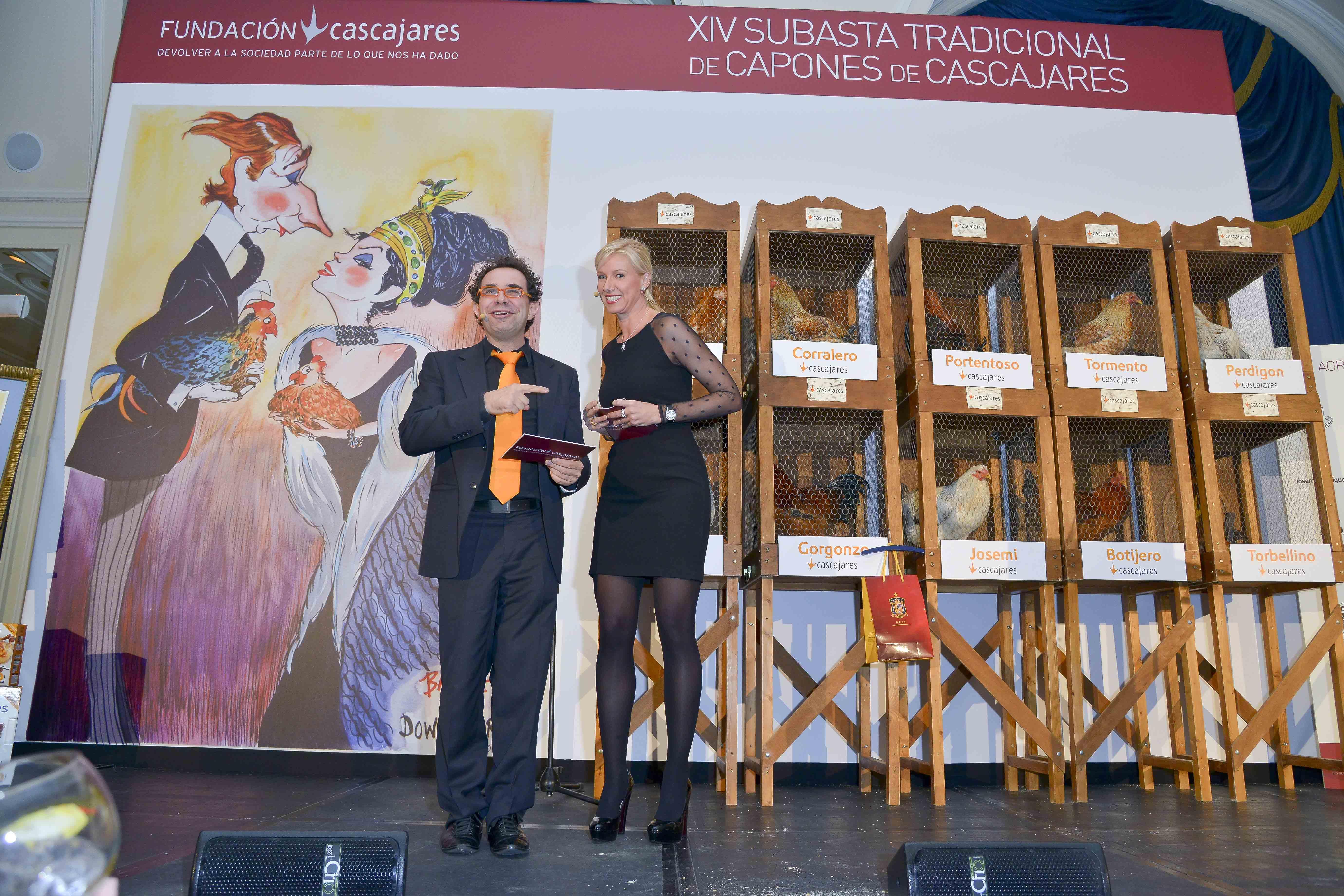 Anne Igartiburu y el Mago More presentando la Subasta de Capones de Cascajares