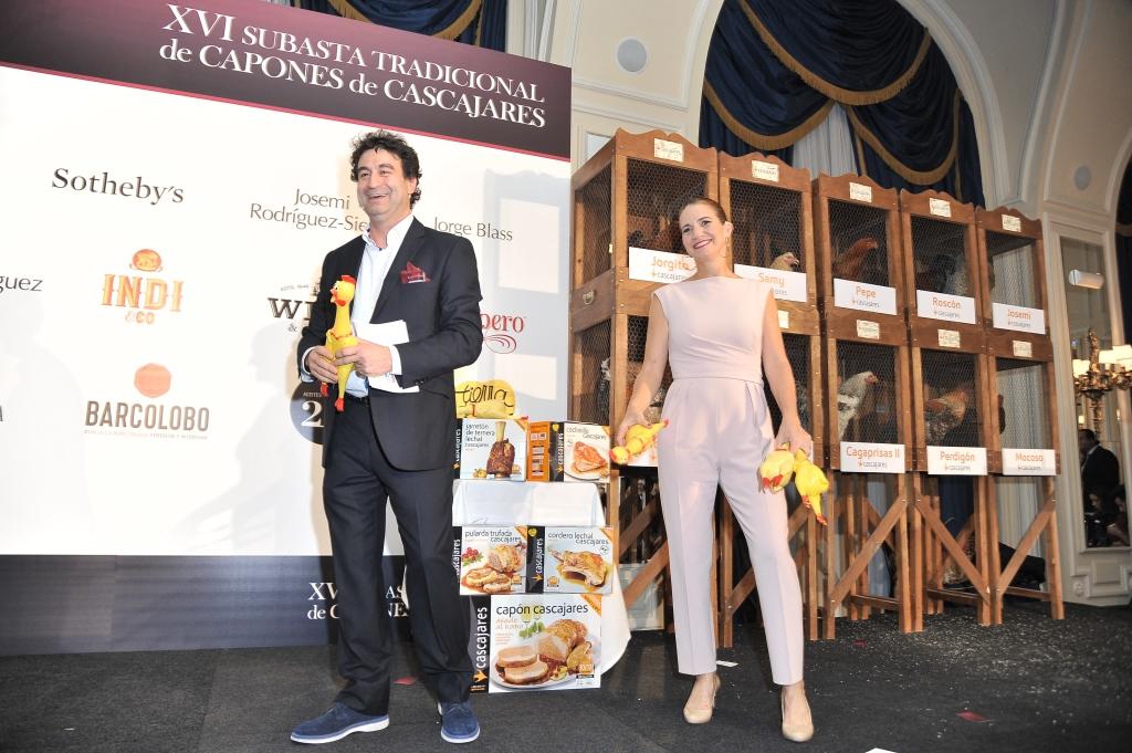 los presentadores realizando un sorteo de productos Cascajares