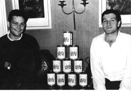 Alfonso Jiménez y Francisco Iglesias en una fotografía de 1995, con una de la primeras producciones de capones enlatados